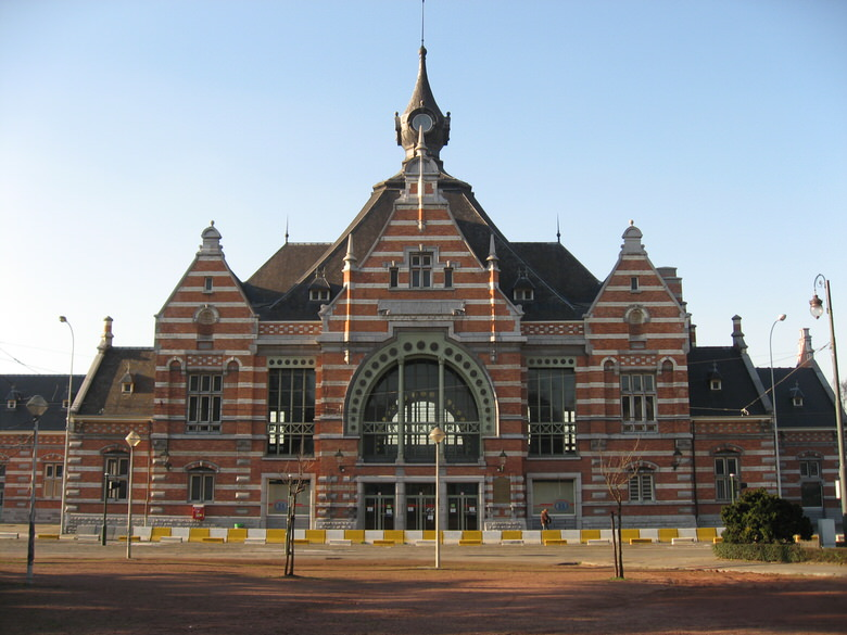 The front of the Shaarbeek train station