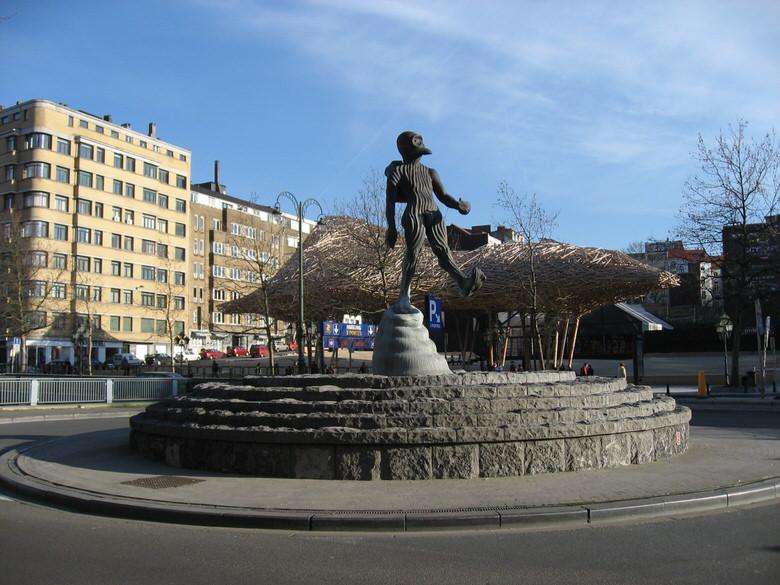 Approaching the strange looking l'Homme de l'Atlantide statue